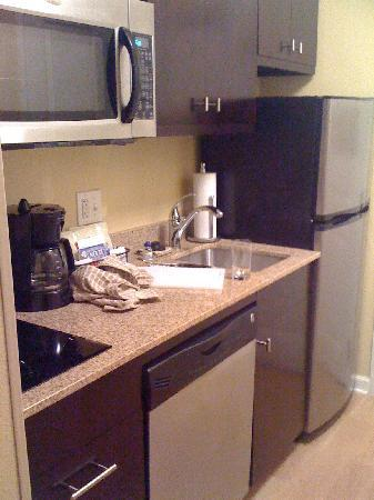 TownePlace Suites Fayetteville Cross Creek: Kitchen