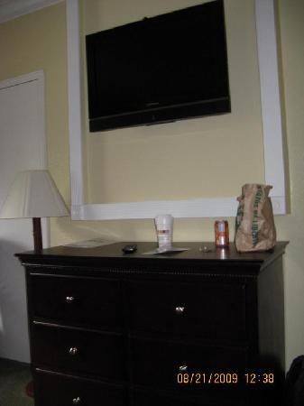 Days Inn Nanuet Spring Valley: Flat Screen TV
