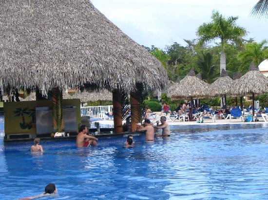 Grand Bahia Principe Punta Cana: Piscine principale où animation