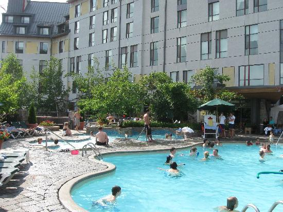 Fairmont Tremblant : outdoor pool and jacuzzi