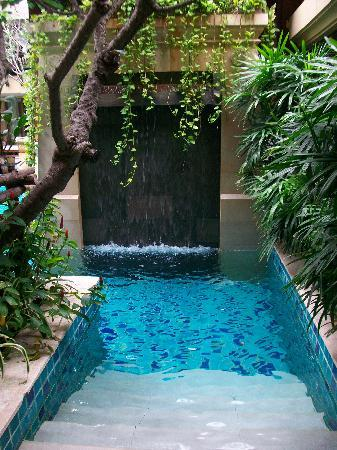 Burasari Resort: Elite pool access room - looking from the door
