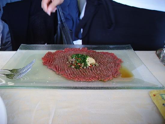 Susegana, อิตาลี: preparazione della tartara di bisonte