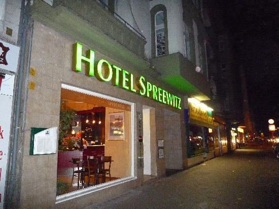 Hotel Spreewitz: front of the hotel at night