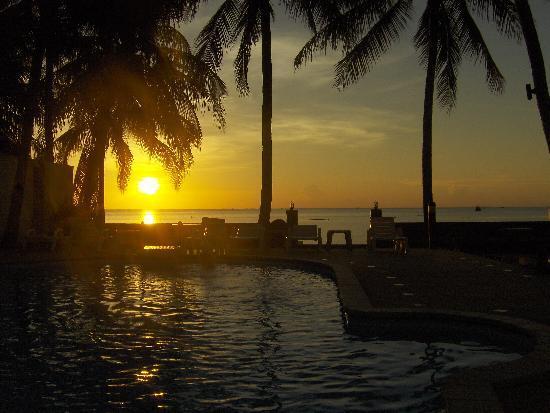 Phangan Cabana Resort: Sunset view from the pool