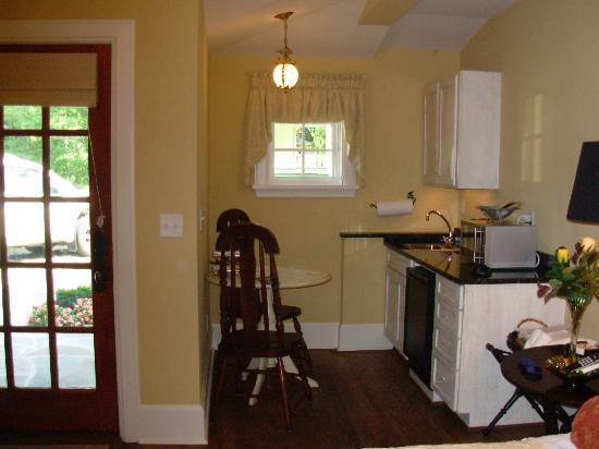 Black Walnut Bed and Breakfast Inn: Small kitchenette