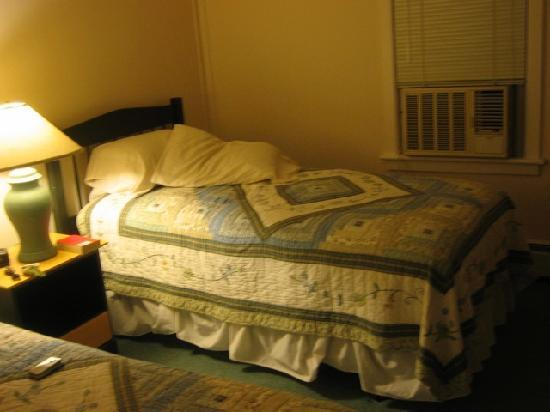 Ducktrap Motel: My room had one double bed and one twin bed. This is the twin.