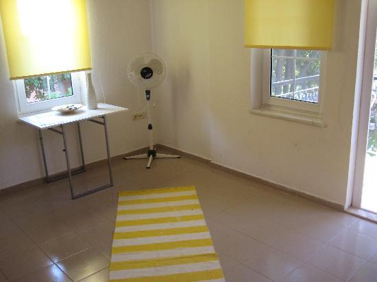 La Maison De Halima: Yellow Room