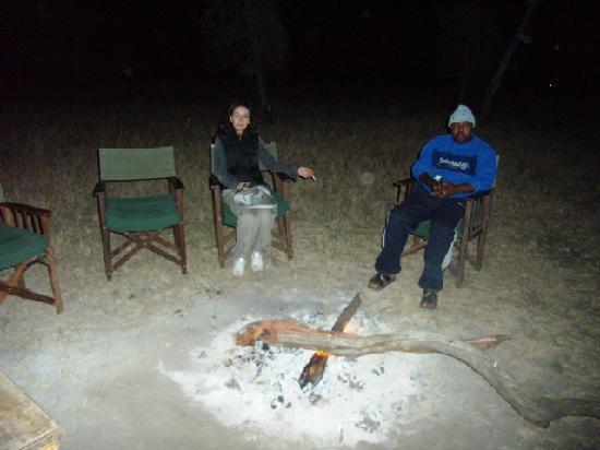Tanganyka Wilderness Camps: la sera intorno al fuoco