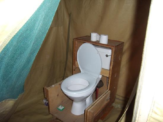 Tanganyka Wilderness Camps: toilet all'interno della tenda