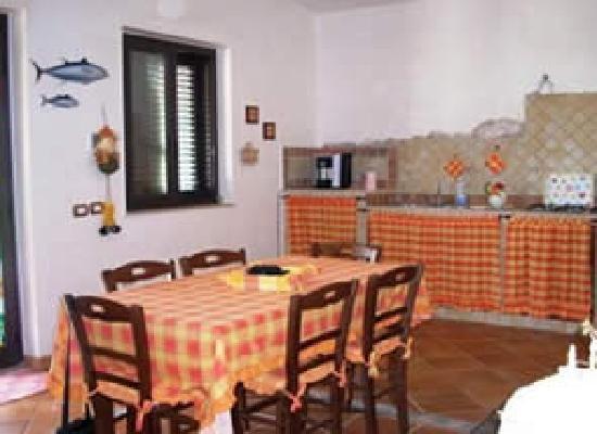 Guesthouses Portopalo: le salon cuisine
