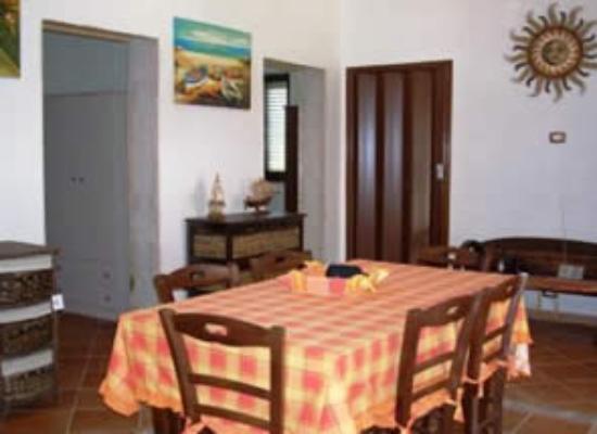 Guesthouses Portopalo: a gauche l'accès à une chambre (sans porte) au fond l'accès aux toilettes douche