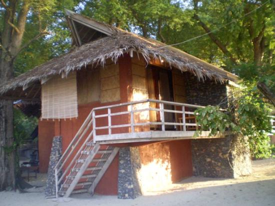 Mabini, Filipinas: one of the 4 seaside cottages