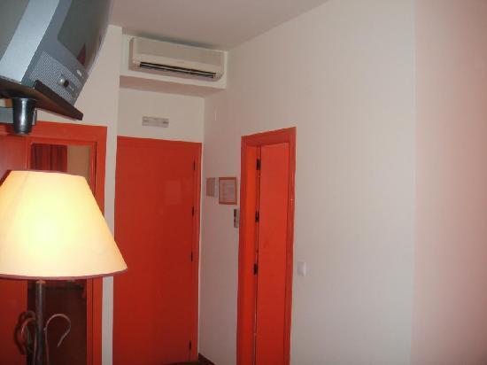 Alboran Chiclana: Armario con espejo, entrada habitación y entrada al baño