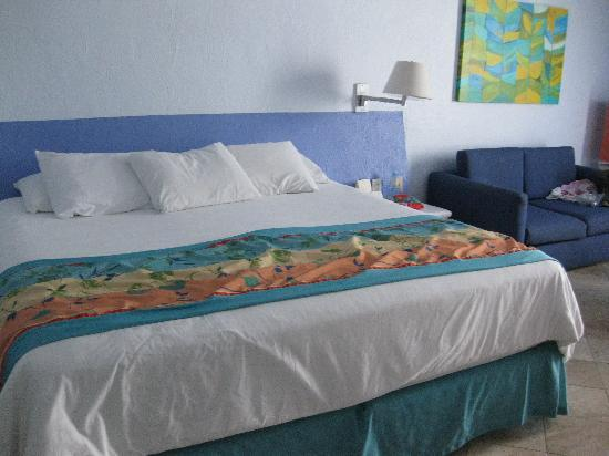 Hyatt Ziva Puerto Vallarta: View of our room with king size bed.
