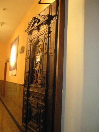 Hotel Domstern: lovely wooden entry door