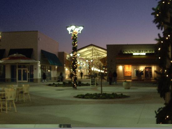 Jersey Shore Premium Outlets: At night