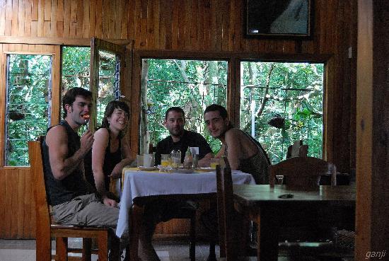 Manakin Lodge Monteverde: Desayunando en el acogedor comedor con vistas al bosque...