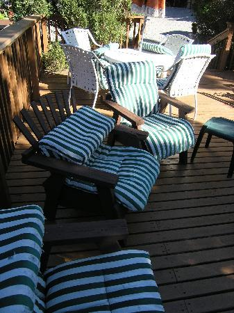 Skyline Cottages: Crummy outdoor furniture
