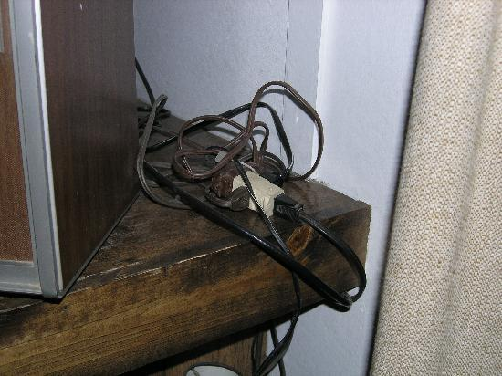 Skyline Cottages: Wiring mess...dangerous?