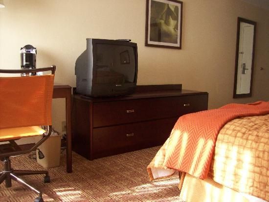 La Quinta Inn & Suites Salem: tv and desk with chair
