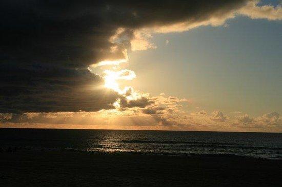 Poipu Beach Park: Sunset off of kauai