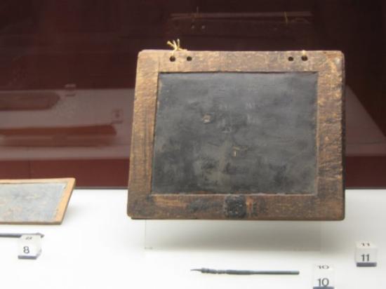 Roman-German Museum (Romisch-Germanisches Museum) : Tablilla para aprender a escribir de época romana. Colonia.