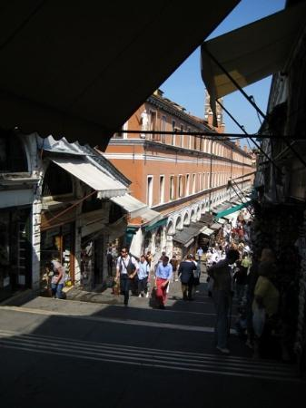 Mercati di Rialto: Shops lining both sides of the Rialto Bridge... they are actually built on the bridge guys.