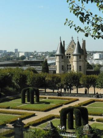 อองเชส์, ฝรั่งเศส: Jardin et vue intérieure du château