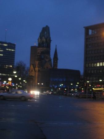 Kaiser Wilhelm Memorial Church: Centro de Berlin ( Kudamm) por la noche.