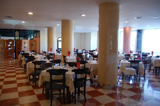Barcelo Ponent Playa: Dining room