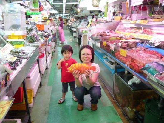 โอะกินะวะ, ญี่ปุ่น: fish market We saw various colorful fish here and there! We eat that red fish after this. It t