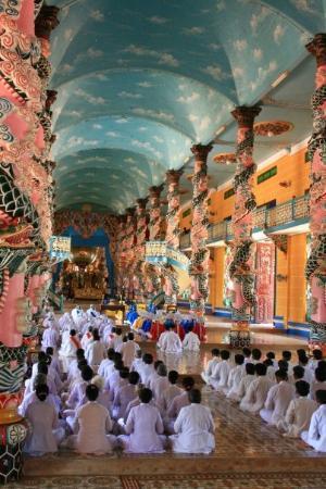 Tay Ninh, เวียดนาม: At prayer in Cao Dai Temple