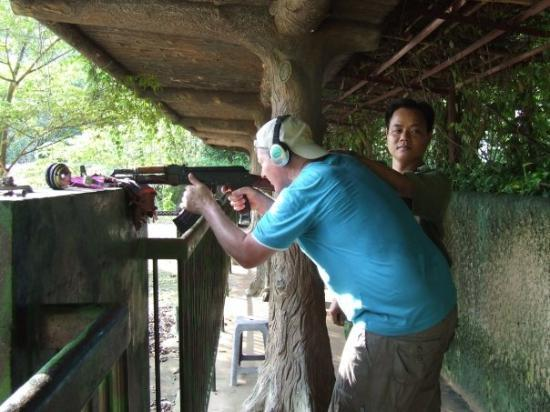 Mekong Delta, เวียดนาม: shooting ak47