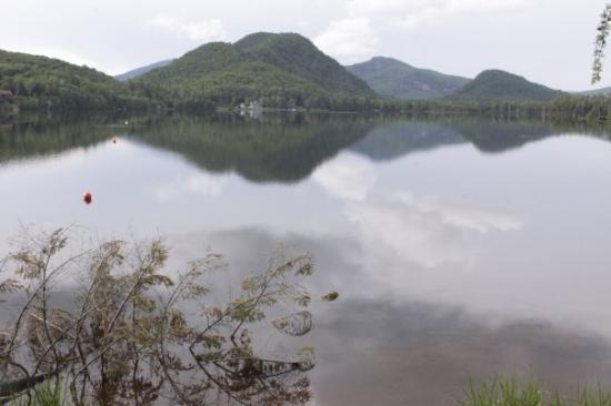 Mont Tremblant, แคนาดา: Et voilà, le lac supérieur sans brume, ni pluie, ni orage, mais la location de canots avait déjà