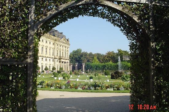 Die Residenz: More of the grounds and the Residence