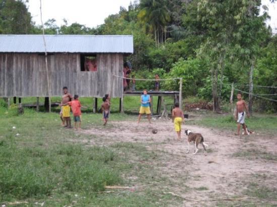 มาเนาส์: Indigenous children playing football, Amazon jungle