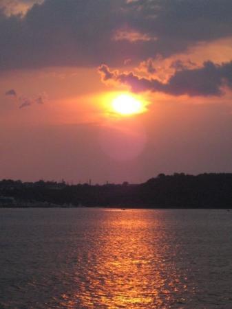 มาเนาส์: Sunset over the Amazon river