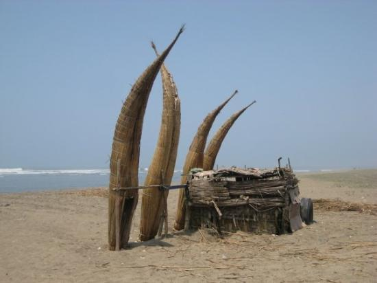 Trujillo, Pérou : Huanchaco - the reed boats take about 45 mins to assemble, and only last a month or so.