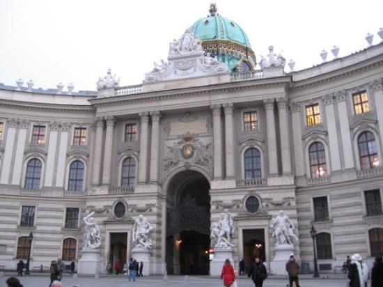 พระราชวังหลวง (ฮอฟเบิร์ก): Michealertor, right across Cafe Griensteidl.  Part of the Hofburg Complex.