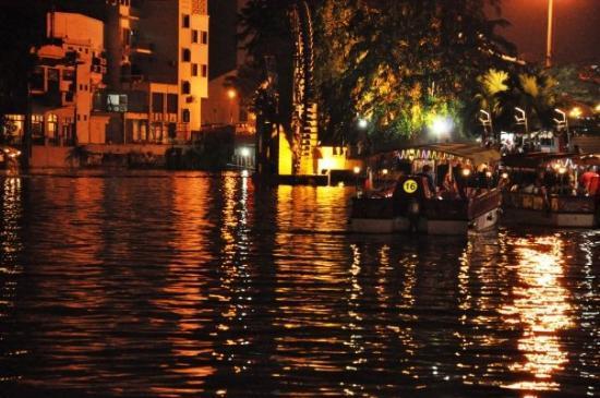มะละกา, มาเลเซีย: noční přístav