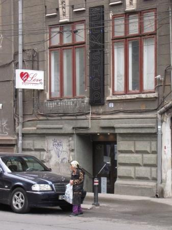 Bucarest, Rumania: Boulevard Magheru : Sex Shop et travailleuse de la rue