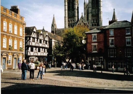 ลิงคอล์น, UK: by Lincoln Cathedral