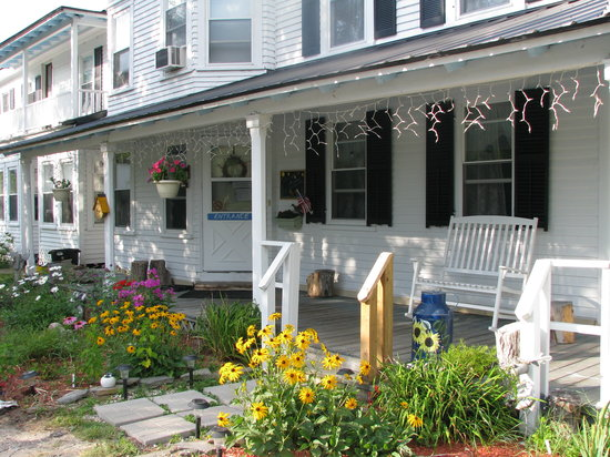 Mt. Washington Bed and Breakfast: Outside Porch