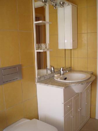 Sun Club Apartments: Baño