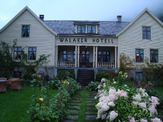 Walaker Hotell: Rose garden and hotel