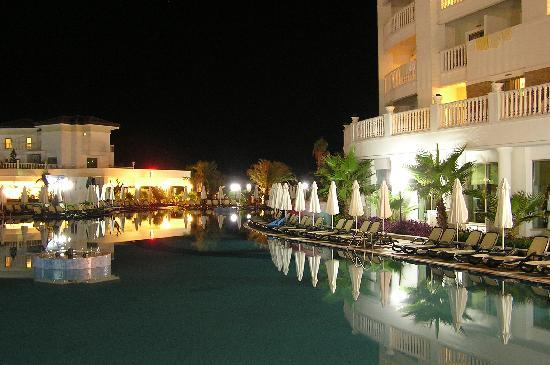 Alba Queen Hotel: Swimming pool at hotel