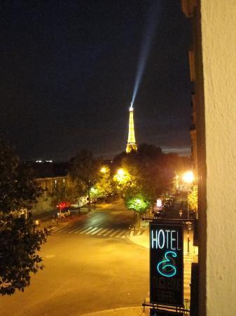 โรงแรมดูก๊องสอิฟเฟล: View From room at nigth