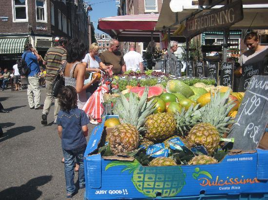 Maes B & B: Fruits at the flea market, great place