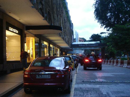 Hilton Singapore: 玄関前