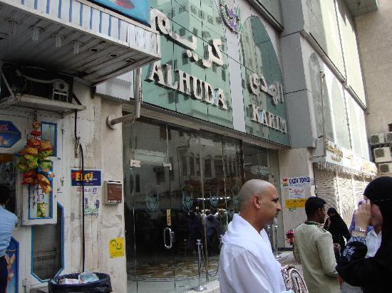 Huda Kareem Hotel: in a busy street just near the haram